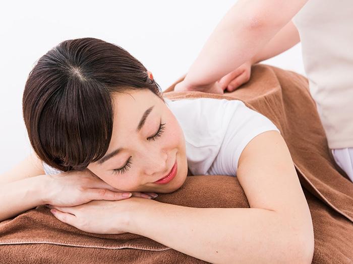 美容鍼を受けている女性