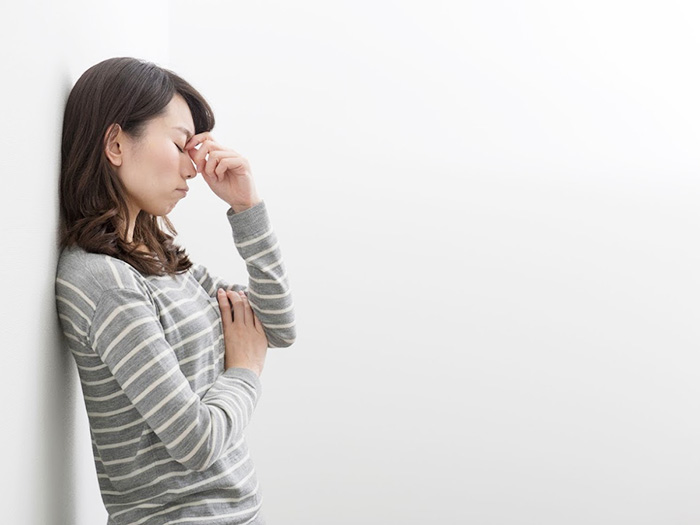 不眠のストレスに悩む女性